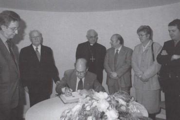 Jordi Pujol, president de la Generalitat, signant en la inauguració del Museu de l'Art de la Pell el 30 de març de 1996 (Fons del Museu de l'Art de la Pell)