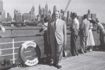 Andreu Colomer i Munmany a bord del vaixell Quenn Mary en un viatge de negocis a Nova York (Fons del Museu de l'Art de la Pell)