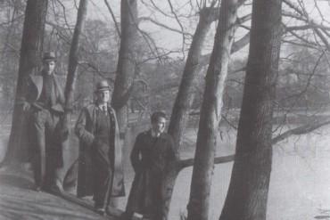 Andreu Colomer amb Bernat Ylla i un altre amic durant el seu exili a Bèlgica (Fons de la família d'Andreu Colomer i Munmany)