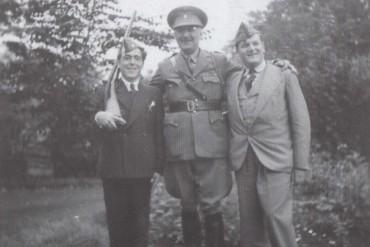 Andreu Colomer i Coll-Bardolet i un militar durant el seu exili a Bèlgica (Fons de la família d'Andreu Colomer i Munmany)